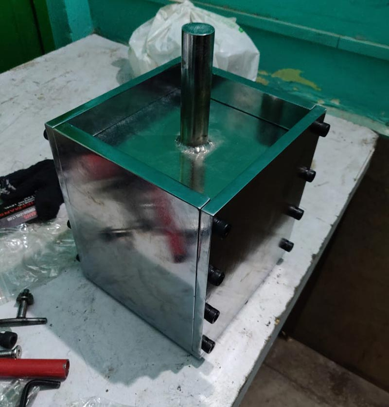 15 x 15 x 20 cms polished stainless steel HDPE and PET plastic mould press